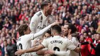 Para pemain Real Madrid merayakan gol yang dicetak oleh Gareth Bale ke gawang Atletico Madrid pada laga La Liga di Stadion Wanda Metropolitano, Sabtu (9/2). Real Madrid menang 3-1 atas Atletico Madrid. (AP/Manu Fernandez)