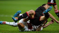 Ezequiel Lavezzi dan Emir Spahic bersaing untuk merebutkan bola pada putaran leg pertama 16 besar Liga Champions antara Bayer Leverkusen vs Paris Saint-Germain (PSG) di Leverkusen, Jerman Barat pada 19 Februari 2014 (AFP/Patrik Stollarz).