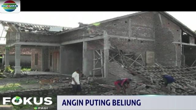 Jumlah rumah yang rusak mencapai 38 unit termasuk dan dua bangunan rumah ibadah. Dua orang warga dilaporkan terluka akibat tertimpa pintu musholla.