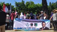Massa demo pendukung Anies Baswedan di depan gedung Balai Kota Jakarta, Selasa (14/1/2020).)(Liputan6.com/ Ika Defianti)