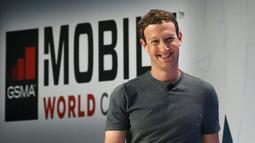 Dengan gaya khas dan ciri khasnya pendiri sekaligus CEO Facebook, Mark Zuckerberg memasuki panggung akbar dan ikut memberikan sambutan pada ajang Mobile World Congress di Barcelona, Spanyol, Senin (22/2). (REUTERS/Albert Gea)