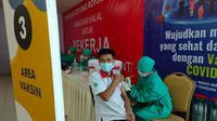 Ratusan Buruh Kabupaten Tangerang Dapatkan Vaksinasi Gotong Royong Covid-19. (Liputan6.com/Pramita Tristiawati)