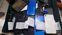 Barang bukti Handphone yang disita dari pelaku EN (Arfandi Ibrahim/Liputan6.com)
