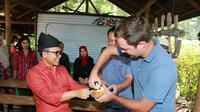 Bupati Banyuwangi Abdullah Azwar Anas saat meresmikan berdirinya Kampung Durian Banyuwangi. (Liputan6.com/ Dian Kurniawan)