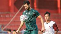 Pemain asing Persik asal Lebanon, Ibrahim Basoun saat ujicoba melawan PSBI Blitar. (Bola.com/Gatot Susetyo)