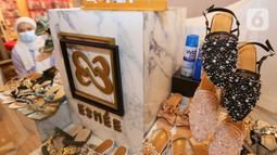 Sepatu produk lokal dalam pameran Market Museum 'REVIVE' di Lippo Mall Kemang, Minggu (06/05/2021). Pameran Market Museum yang menampilkan produk lokal dan UMKM untuk memberikan motivasi guna mendukung pemulihan perekonomian di massa pandemi. (Liputan6.com/Fery Pradolo)