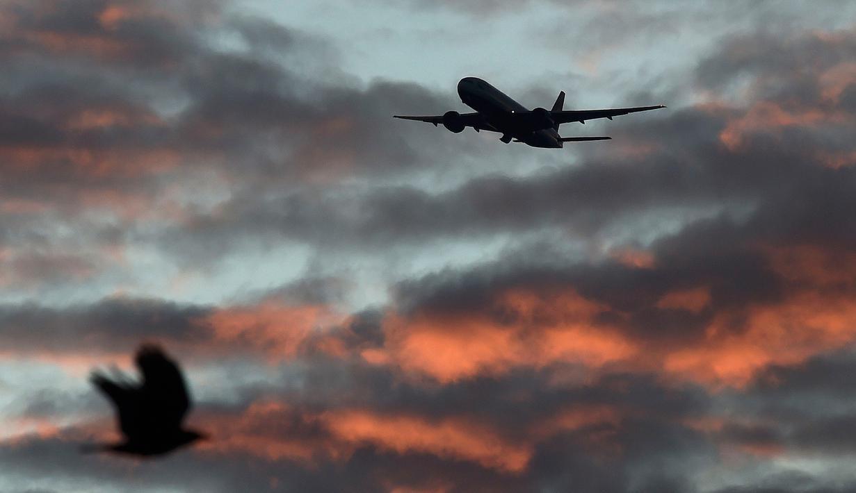 Sebuah pesawat British Airways saat akan mendarat di Bandara Heathrow, London, Inggris, (18/4). Pesawat British Airways dilaporkan ditabrak sebuah drone saat akan mendarat di Bandara Heathrow. (REUTERS / Toby Melville)