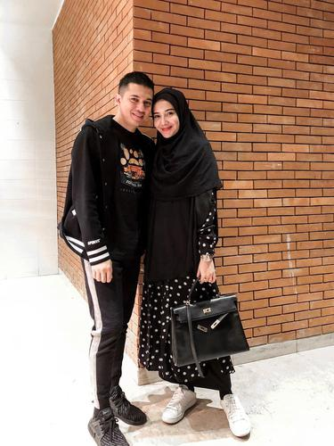 Pakai Hijab Syar I Zaskia Sungkar Didukung Irwansyah News Entertainment Fimela Com