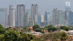 Suasana jajaran perkantoran dan gedung bertingkat di kawasan Jakarta, Minggu (7/10). Sekitar 42 persen dari gedung-gedung pencakar langit memiliki ketinggian di atas 150 meter yang umumnya digunakan untuk perkantoran. (Merdeka.com/Iqbal S Nugroho)