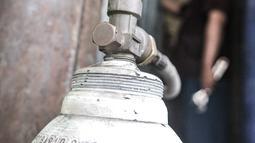 Pekerja memeriksa tabung oksigen (o2) di agen isi ulang oksigen kawasan Kalimalang, Jakarta, Rabu (27/1/2021). Dalam sehari, warga yang mengisi ulang oksigen mencapai puluhan orang dengan harga Rp25.000 per kubik. (merdeka.com/Iqbal S Nugroho)
