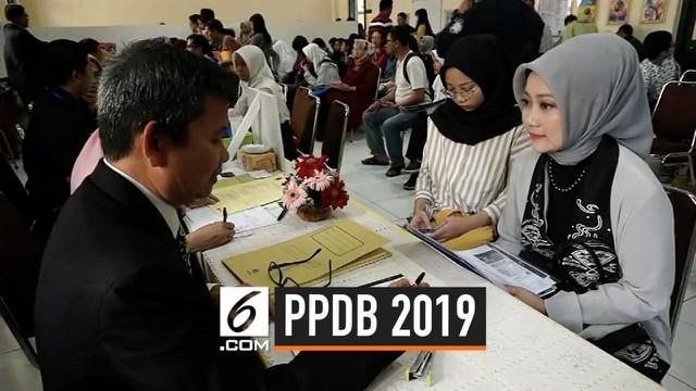 Atalia Kamil mendampingi putri bungsunya mendaftar ke SMAN 3 Bandung. Atalia sengaja mengikuti jalur normal agar menjadi contoh masyarakat Jawa Barat.