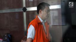 Tersangka anggota DPR Fayakhun Andriadi menuju ruang penyidik untuk menjalani pemeriksaan di gedung KPK, Jakarta (6/4). Fayakhun tak membawa apapun dan bungkam saat dikawal seorang petugas. (Merdeka.com/Dwi Narwoko)