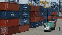 Suasana bongkar muat di Pelabuhan Tanjung Priok, Jakarta, Kamis (23/3). Badan Pusat Statistik (BPS) merilis nilai ekspor Indonesia Februari 2017 mencapai US$ 12,57 miliar atau menurun 6,17 persen dibanding Januari 2017. (Liputan6.com/Angga Yuniar)