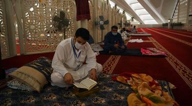 Muslim Pakistan Melakukan Iktikaf di Masjid