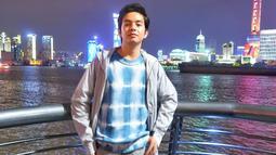 Saat dirinya tengah berlibur di luar negeri, gaya aktor 19 tahun ini pun tetap kasual. Ia pun hanya mengenakan kaus berwarna kombinasi biru dan putih dan memadukannya dengan jaket berwarna abu-abu. (Liputan6.com/IG/@anggayunandareal16)