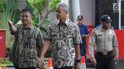 Gubernur Jawa Tengah Ganjar Pranowo (tengah) tiba di Gedung KPK, Jakarta, Jumat (10/5/2019). Ganjar diperiksa sebagai saksi untuk tersangka kasus dugaan korupsi proyek pengadaan e-KTP, Anggota Komisi VIII DPR dari Fraksi Golkar nonaktif Markus Nari. (merdeka.com/Dwi Narwoko)