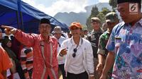 Menteri Badan Usaha Milik Negara (BUMN) Rini Soemarno saat mengunjungi pengungsian di Desa Sembalun Bumbung, Lombok, NTB, Minggu (25/8). Tercatat 50 BUMN bersinergi salurkan bantuan bagi korban gempa bumi. (Liputan6.com/HO/Eko)
