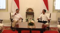 Presiden Joko Widodo berbincang dengan Ketua Umum Partai Gerindra Prabowo Subianto di Istana Merdeka, Jakarta, Jumat (11/10/2019). Dalam pertemuan tersebut mereka membahas permasalahan bangsa dan koalisi. (Liputan6.com/Angga Yuniar)