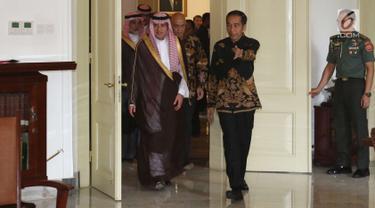 Presiden Joko Widodo menyambut kedatangan Menteri Luar Negeri Arab Saudi Adel bin Al-Jubeir dan rombongannya di Istana Kepresidenan Bogor, Senin (22/10). Pertemuan tersebut berlangsung tertutup. (Liputan6.com/Angga Yuniar)