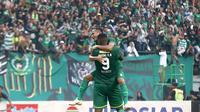 Oktafianus Fernando dan Amido Balde merayakan gol Persebaya ke gawang Tira Persikabo dalam Piala Presiden 2019 di Stadion Gelora Bung Tomo, Surabaya (29/3/2019). (Bola.com/Aditya Wany)