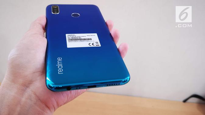 Gradasi warna Realme 3 di bodi belakangnya (Liputan6.com/ Agustin Setyo W)