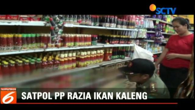 Petugas melakukan razia ikan kaleng asal Cina terkait dugaan adanya cacing dalam produk tersebut.