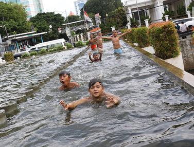 Kolam Air Mancur Pasar Baru jadi Tempat Berenang Anak-Anak