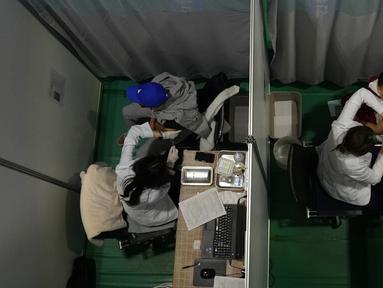 Sejumlah warga menerima vaksin COVID-19 Pfizer di pusat vaksinasi di Seoul, Korea Selatan, 25 Oktober 2021. Pemerintah Korea Selatan mengatakan bahwa mereka telah mencapai tujuannya untuk memvaksinasi 70 persen dari 52 juta penduduknya. (AP Photo/Ahn Young-joon)