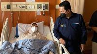 Menteri BUMN, Erick Thohir menyemangati mantan pebulutangkis putri Indonesia, Verawaty Fajrin yang tengah dirawat di RS Dharmais, Jakarta karena mengidap sakit kanker paru-paru. (Istimewa)