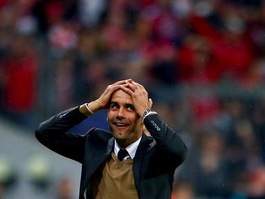 Ekspresi pelatih Bayern Munchen, Pep Guardiola, setelah anak asuhnya mencetak lima gol ke gawang Wolfsburg dalam sembilan menit dalam laga Bundesliga di Munchen, Selasa (22/9/2015). (Reuters/Michaela Rehle)