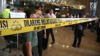 Garis polisi dipasang di pintu masuk Tower II Bursa Efek Indonesia (BEI), Jakarta, tempat ambruknya selasar lantai 1, Senin (15/1). Belum diketahui berapa total korban terkait insisden ambruknya selasar lantai 1 gedung BEI. (Liputan6.com/Johan Tallo)