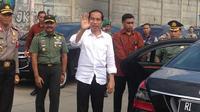 Presiden Jokowi membagi-bagi sembako di Depok, Jawa Barat (Liputan6.com/ Ady Anugrahadi)
