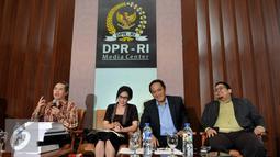 Ketua Pansus Pelindo Rieke Diah Pitaloka (kedua kiri) saat mengikuti diskusi di Jakarta, Jumat (13/11/2015). Pansus Pelindo II harus fokus untuk menggali kebenaran informasi tersebut, dalam pengelolaan pelabuhan. (Liputan6.com/Johan Tallo)