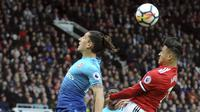 Striker Manchester United, Alexis Sanchez, duel udara dengan bek Arsenal, Hector Bellerin, pada laga Premier League di Stadion Old Trafford, Senin (30/4/2018). Manchester United menang 2-1 atas Arsenal. (AP/Rui Vieira)