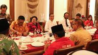 Presiden RI, Joko Widodo (tengah) saat melakukan pertemuan dengan pimpinan partai politik pendukung di Pilpres 2019, Jakarta, Kamis (9/8). Pertemuan membahas koalisi jelang pendaftaran bakal Capres/Cawapres Pilpres 2019. (Liputan6.com/Helmi Fithriansyah)
