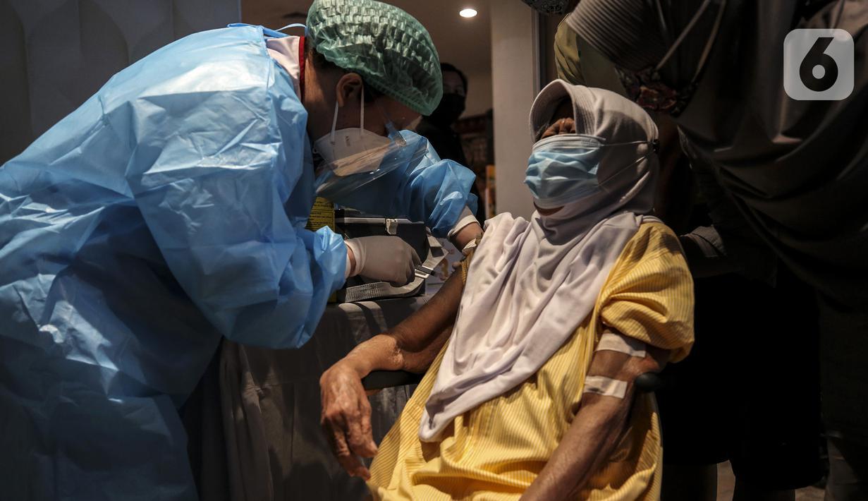 Vaksinator menyuntikkan vaksin AstraZeneca kepada warga saat peresmian Sentra Vaksinasi COVID-19 di RS St. Carolus, Jakarta, Senin (14/6/2021). Sentra vaksinasi ini akan beroperasi selama tiga bulan hingga tanggal 26 September 2021. (Liputan6.com/Johan Tallo)