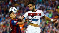 Penyerang Barcelona, Neymar berebut bola udara dengan bek Mehdi Benatia pada leg pertama babak semifinal Liga Champions di Camp Nou, Kamis (7/5/2015). Barcelona menang 3-0 atas Bayern Muenchen. (Reuters/Kai Pfaffenbach)
