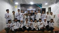 Pemain Persib Bandung, Kim Jeffrey Kurniawan, menggelar buka puasa bersama anak-anak yatim. (Bola.com/Erwin Snaz)