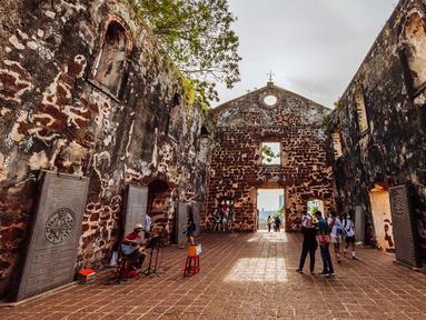 Wisatawan mengunjungi Gereja Santo Paulus di Melaka, Malaysia, 18 September 2020. Kota Melaka, yang terletak di sepanjang Selat Malaka, dulunya merupakan pusat perdagangan yang penting dan simpul untuk pertukaran budaya antara Timur dan Barat. (Xinhua/Zhu Wei)