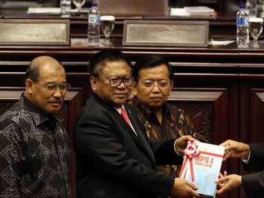 Ketua BPK Moermahadi Soerja Djanegara (kanan) menyerahkan Ikhtisar Hasil Pemeriksaan Semester (IHPS) I BPK kepada Pimpinan DPD Oesman Sapta Odang saat Rapat Paripurna DPD di Jakarta, Jumat (5/10). (Liputan6.com/JohanTallo)