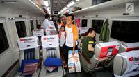 Suasana pemudik kereta tujuan Solo di Stasiun Gambir, Jakarta, Selasa (12/9). Para pemudik diangkut menggunakan kereta api executive tujuan Yogyakarta, Solo dan Surabaya. (Liputan6.com/Fery Pradolo)