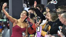 Carli Lloyd terpilih sebagai penerima penghargaan FIFA Ballon d'Or 2015 untuk Pesepak bola Wanita Terbaik Dunia 2015. Carli Lloyd berfoto dengan penggemar sebelum acara dimulai, Selasa, (12/1/2016) dini hari WIB. ((AFP/Michael Bulholzer)