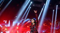 Vokalis band Kotak Tantri mengangkat tangan saat tampil di The Biggest Concert Long Live Kotak x Anggun di Studio6 Emtek City, Jakarta, Rabu (23/11). Konser ini juga bagian perayaan 12 tahun Kotak berkarya. (Liputan6.com/Helmi Fithriansyah)