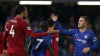 Gelandang Chelsea, Eden Hazard, bersalaman dengan bek Liverpool, Virgil Van Dijk, usai laga Premier League di Stadion Stamford Bridge, London, Sabtu (29/9/2018). Kedua klub bermain imbang 1-1. (AFP/Daniel Leal-Olivas)