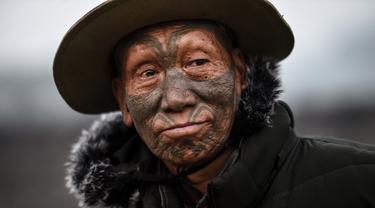 Houn Ngo Kaw (75), seorang anggota suku Konyak yang bertato saat di Desa Longwa, Sagaing Myanmar, 8 Februari 2020. Sejumlah suku yang tinggal di zona semi-otonom dekat perbatasan India menjadikan tato sebagai tradisi. (Ye Aung THU/AFP)