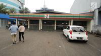 Warga memasuki kawasan gerai 7-Eleven di kawasan Jalan Kapten Tendean, Jakarta, Sabtu (24/6). Penutupan seluruh gerai 7-Eleven di Indonesia akan dilakukan 30 Juni 2017. (Liputan6.com/Helmi Fithriansyah)