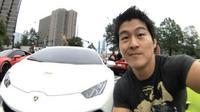 Pria yang membeli mobil mewah Lamborghini dengan mata uang Bitcoin. (Foto: Dream.co.id)