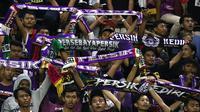 Bonek - Persikmania saat mendukung Persebaya dan Persik di Stadion Gelora Bung Tomo (29/2/2020). (Bola.com/Aditya Wany)