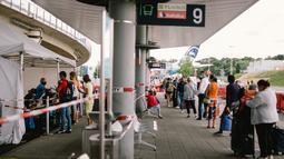 Para penumpang mengantre untuk menjalani tes COVID-19 di Bandara Cologne-Bonn di Cologne, Jerman (3/8/2020). Kasus COVID-19 di Jerman bertambah 509 dalam sehari menjadi 210.402, menurut Robert Koch Institute (RKI) pada Senin (3/8). (Xinhua/Tang Ying)
