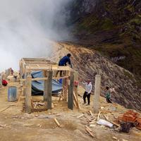 Pembangunan di bibir Kawah Ijen, Banyuwangi, Jawa Timur. (Instagram/wendraaji)